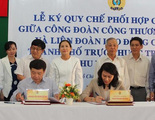 Đại diện CĐ Công thương Việt Nam (bìa trái) và LĐLĐ TP HCM ký kết quy chế phối hợp giai đoạn 2013-2018