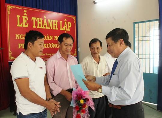 Ảnh: Ông Nguyễn Hữu Danh, chủ tịch LĐLĐ TP Nha Trang trao quyết định thành lập Nghiệp đoàn nghề cá phường Xương Huân