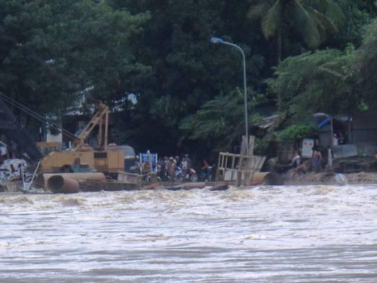 Các xe cẩu của đơn vị thi công cầu La Hai bị nhấn chìm dưới nước vì thoát chạy không kịp.