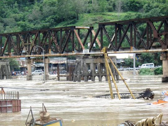 Nhiều người và xe cộ không thể qua sông Kỳ Lộ vì cầu La Hai bị ngập nặng