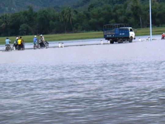 Nhiều người ở xã Xuân Sơn Bắc (huyện Đồng Xuân) không thể về nhà vì con đường độc đạo đến xã bị ngập nặng