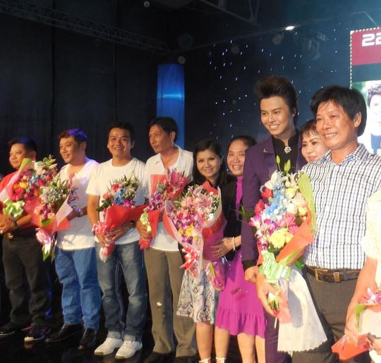 NS Võ Minh Lâm tặng hoa tri ân những người thầy, những nghệ sĩ đồng nghiệp đã dìu dắt, nâng đỡ anh qua 9 năm phấn đấu.