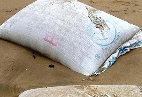 Bao tải có kích thướng giống như bao xi măng được in toàn bằng chữ Trung Quốc trôi dạt vào bờ biển Thanh Hóa.