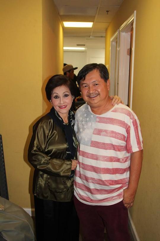 Túy Hồng và đạo diễn Hùng Lâm tại sân khấu biểu diễn vở Đối diện sự thật