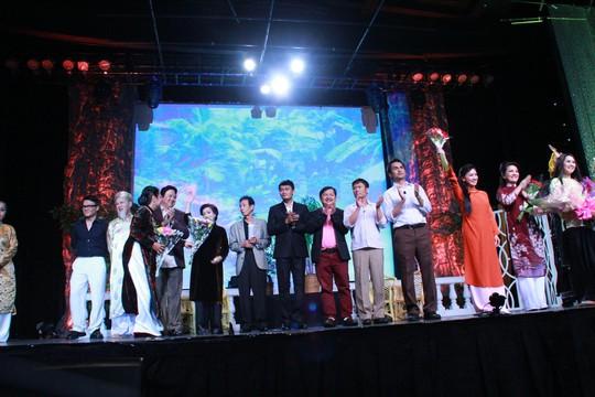 Khán giả kiều bào tặng hoa chúc mừng các diễn viên đoàn kịch Sống của Túy Hồng sau vở diễn Đối diện sự thật