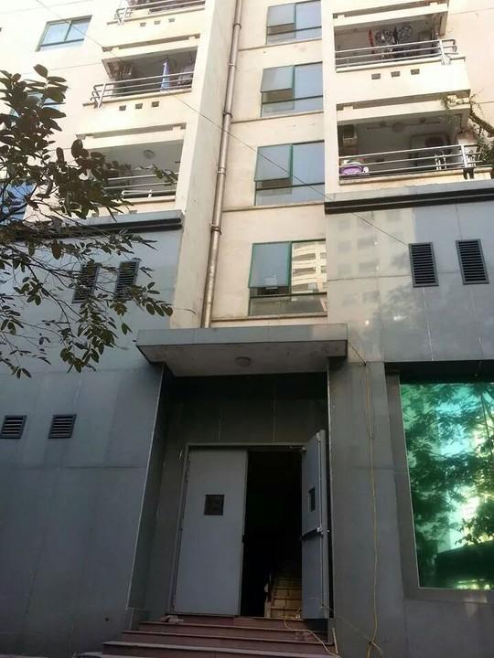 Lan can tầng 1 tòa nhà 18-T1, nơi cô gái rơi xuống tử vong