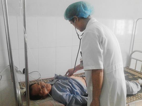 Bác sĩ chăm sóc sức khỏe cho bệnh nhân Thào Seo Tấu