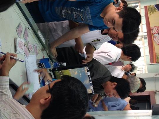 Lãnh đạo ga Sài Gòn miệt mài ký xác nhận sửa thông tin trên vé