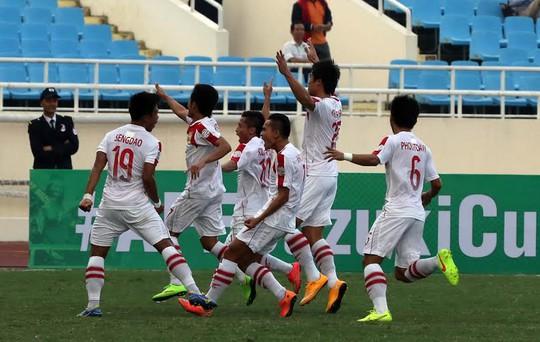 Các cầu thủ Lào ăn mừng bàn thắng