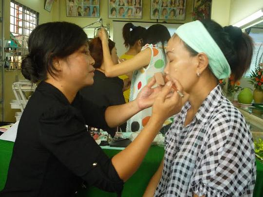 Lao động nông thôn tại huyện Bình Chánh, TP HCM học nghề trang điểm  ảnh: HỒNG NHUNG