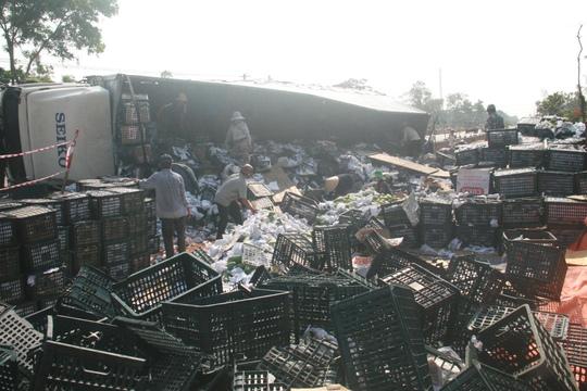 Hàng chục tấn trái cây trên xe văng xuống đường
