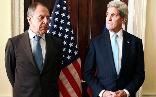 Ngoại trưởng Nga Sergei Lavrov (trái) và người đồng cấp John Kerry