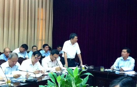 Bộ trưởng Đinh La Thăng (bìa phải) nghe lãnh đạo Cục Hàng không báo cáo tình trạng chậm, hủy chuyến bay