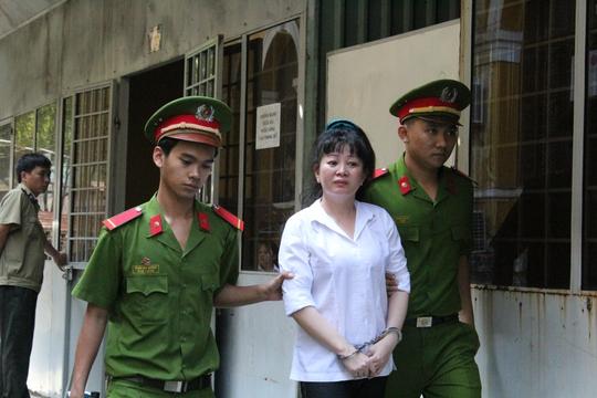 Bị cáo Lê Thị Thắm sau phiên tòa sáng 16-12