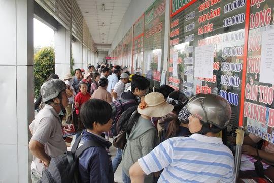 Người dân chen chúc mua vé ở Bến xe Miền Tây