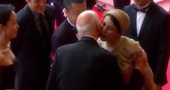Nụ hôn xã giao gây tranh cãi của người đẹp Iran