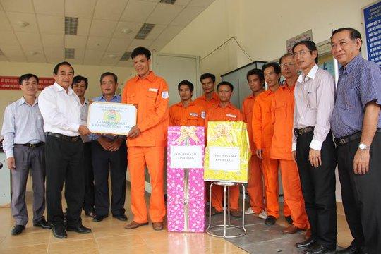 Ông Lê Minh Ba, Chủ tịch CĐ Tổng công ty Điện lực Miền Nam, trao tặng tủ sách cho công nhân ở các trạm cao thế