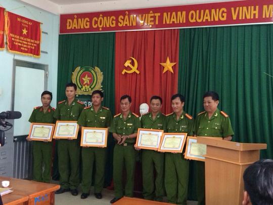 Các cán bộ, chiến sĩ công an nhận bằng khen tại lễ khen thưởng