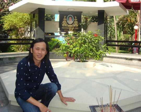 Hoài Linh viếng mộ NSND Phùng Há