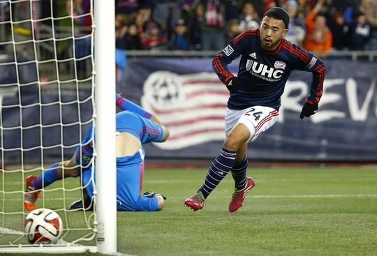 Lee Nguyen ghi bàn vào lưới Columbus Crew