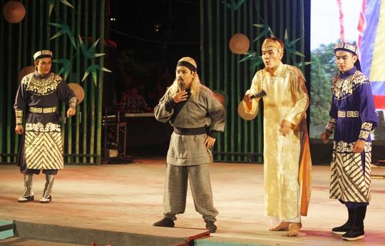 NS Chấn Cường xuất sắc trong vai Nguyễn Địa Lô - cùng diễn với các diễn viên: Võ Thanh Tiền, Nguyễn Phi Long và Huỳnh Quý tại sân khấu Sen Hồng.