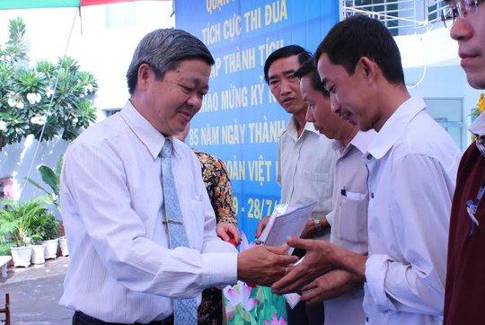Ông Nguyễn Văn Dễ, Chủ tịch LĐLĐ quận Bình Tân, TP HCM, tặng sổ tiết kiệm cho công nhân có hoàn cảnh đặc biệt khó khăn