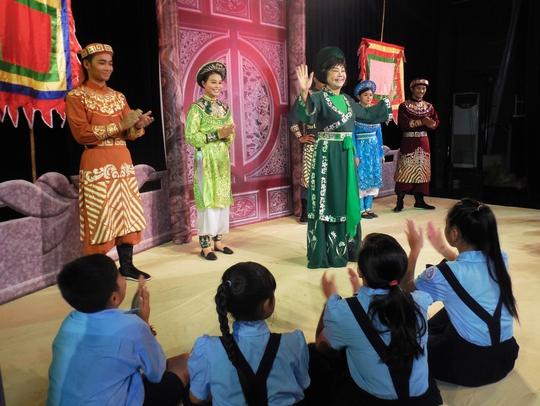 Kiều Phượng Loan hướng dẫn vũ đạo các diễn viên nhí tại Nhà hát kịch sân khấu nhỏ TPHCM