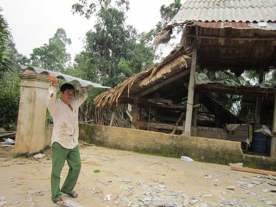 Người dân đang dựng lại nhà bị lốc xoáy phá hỏng