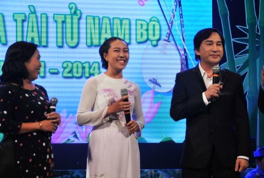 NSƯT Kim Tử Long và hai giáo viên trường THCS Đức Trí, quận 1 (Thu Cúc và Kim Chi) ca trích đoạn Nửa đời hương phấn tại Gala ĐCTT Nam Bộ 2014.