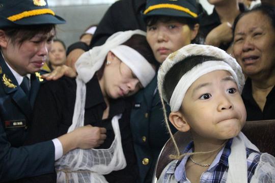 Vợ phi công Hoàng Lại Long- người điều khiển chiếc máy bay tránh khỏi khu dân cư khóc ngất đi, trong khi con trai vẫn ngơ ngác không biết đã vĩnh viễn mất bố