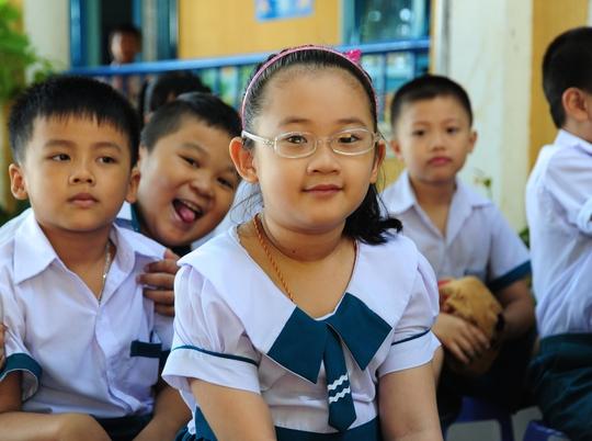 Học sinh lớp 1 Trường Tiểu học Hai Bà Trưng, TP Đà Nẵng hồn nhiên trong lễ khai giảng năm học mới