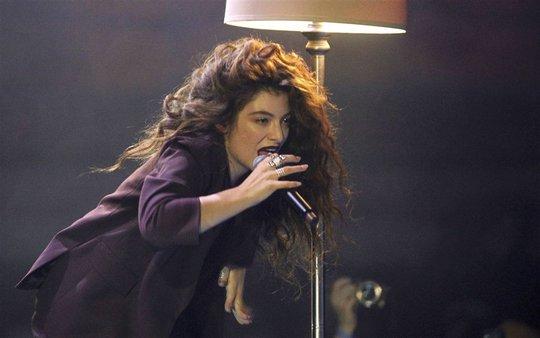 Ca sĩ trẻ Lorde trình diễn trong đêm trao giải