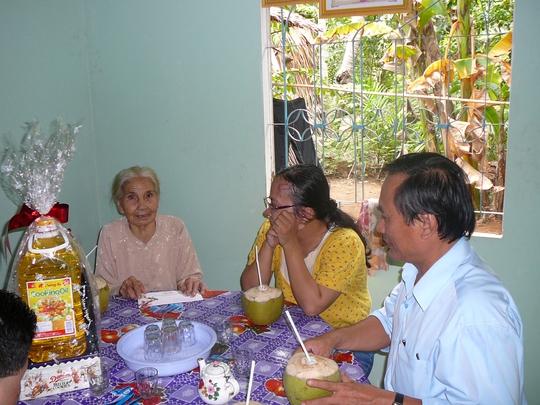 Đại diện Công đoàn tổng công ty đến thăm và tặng quà cho Mẹ Việt Nam anh hùng Lê Thị Liên