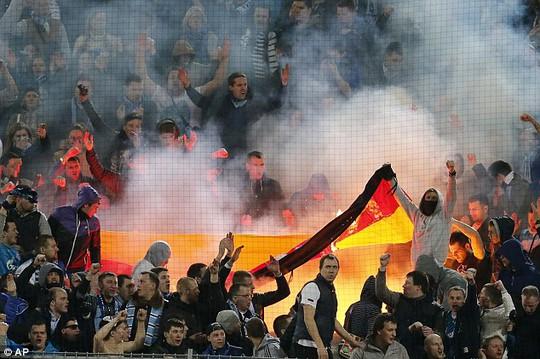 CĐV Zenit đốt cờ Đức