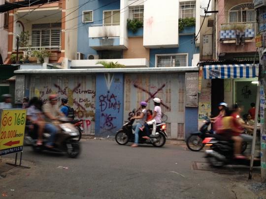 Cổng nhà liên kế 218-220 Nghĩa Phát, phường 7, quận Tân Bình, TP HCM
