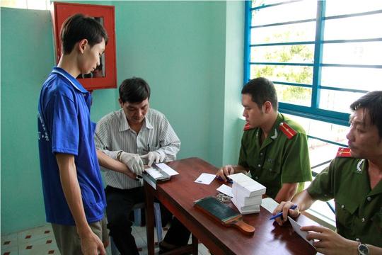 Lực lượng công an lấy dấu vân tay người nghiện