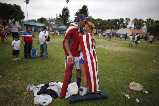 Đôi tình nhân ở California giải sầu bằng một nụ hôn