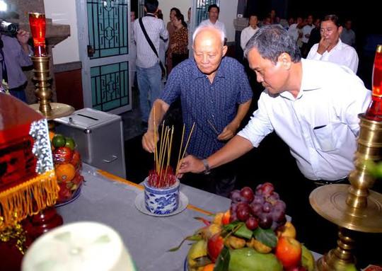 Ông Lê Bửu, nguyên tổng cục trưởng Tổng cục Thê thao (bìa trái) thắp hương cho ông Tam Lang