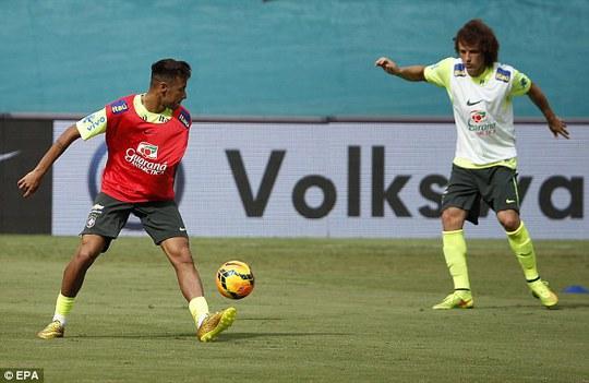 Tiền đạo Neymar và David Luiz
