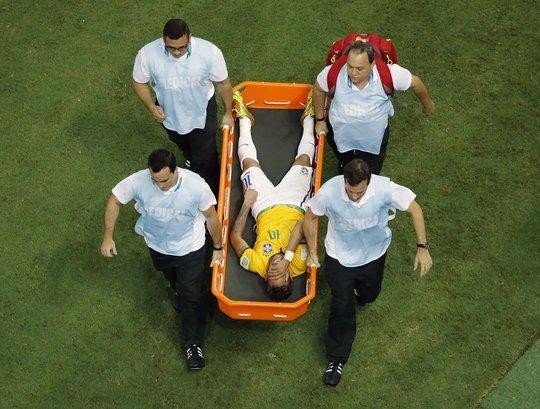 Neymar tưởng như bị liệt sau khi bị gãy cột sống