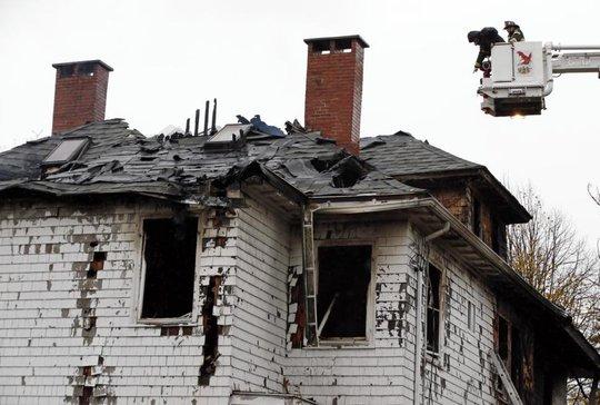 Cảnh sát địa phương cho biết có 5 người chết trong đám cháy. Ảnh: AP