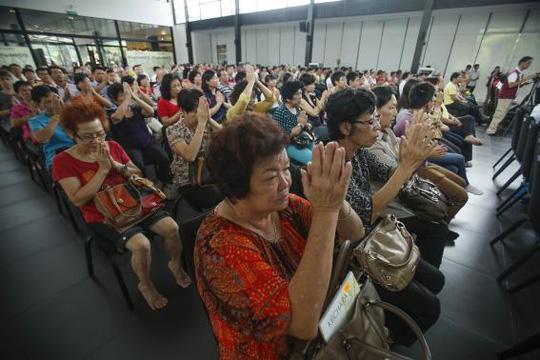 Cầu nguyện cho các hành khách trên MH370 ở Kuala Lumpur. Ảnh: Reuters