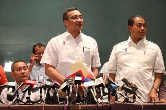Ông Hishamuddin Hussein tại cuộc họp báo ngày 8-3. Ảnh: The Malay Mail Online