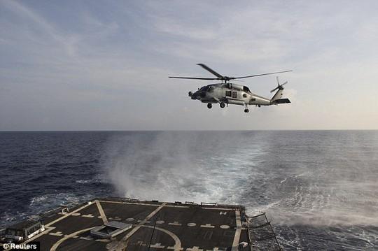 Trực thăng SH-60R Seahawk cất cánh từ tàu khu trục USS Pinckney (Mỹ) ở vịnh Thái Lan hôm 10-3. Ảnh: Reuters