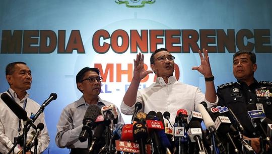 Quyền Bộ trưởng Giao thông Malaysia Hishammuddin Hussein phát biểu tai cuộc họp báo hôm 16-3. Ảnh: Reuters
