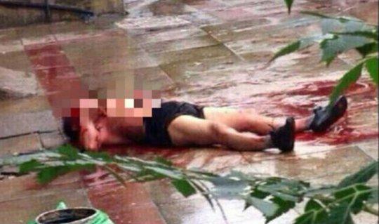 Người đàn ông chết trên vũng máu