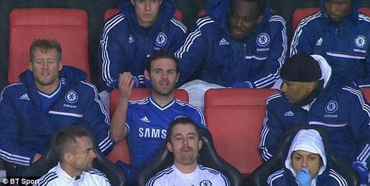 Mata tỏ vẻ bất bình khi bị ông Mourinho thay ra