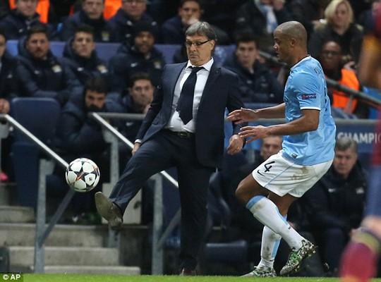 HLV Martino của Barcelona trong trận đấu với Man City ở vòng 1/8 Champions League