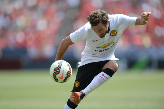 Juan Mata cũng kịp thực hiện pha lập công đẹp mắt