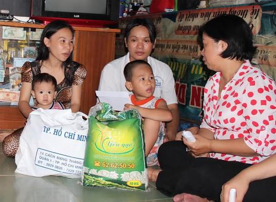 Bà Phan Thị Lan,chủ tịch LĐLĐ quận 6, thăm hỏi công nhân mất việc Công ty Bách Hợp